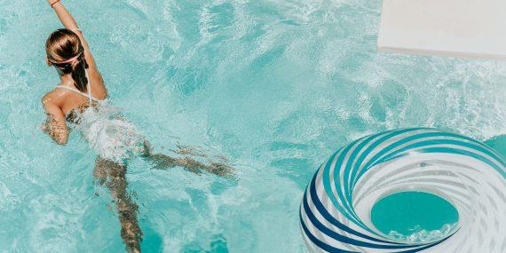 briana tozour YsFgsZJ4az0 unsplash 570x285 - Gør familiens pool sommerklar