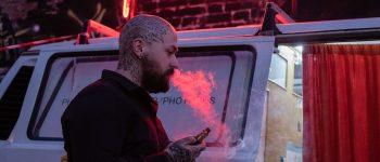 Kvit smøgerne med en smart e-cigaret